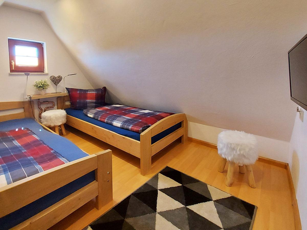 Ferienhaus Bergsteigerhütte - Schlafzimmer2 mit Doppelbett und TV