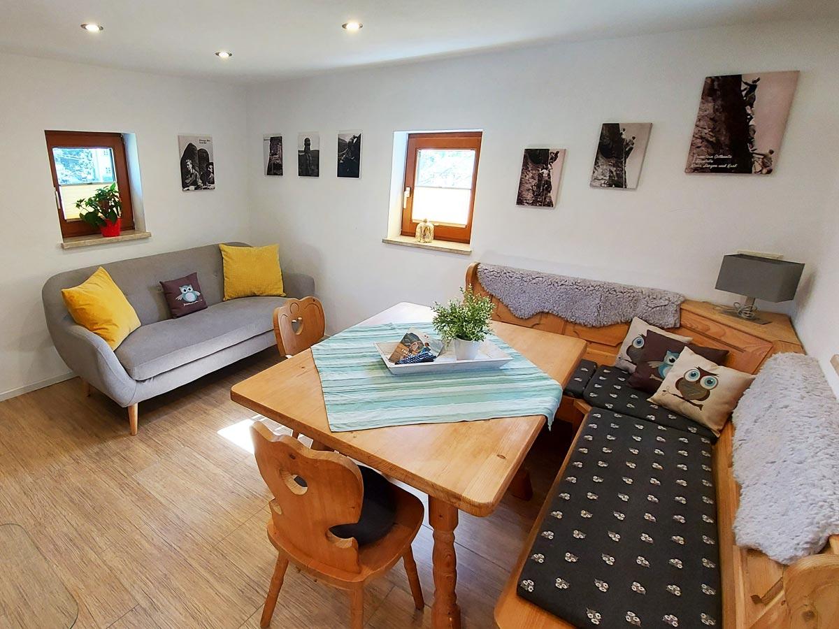 Ferienhaus Bergsteigerhütte - Wohnzimmer mit Sofa und Essecke