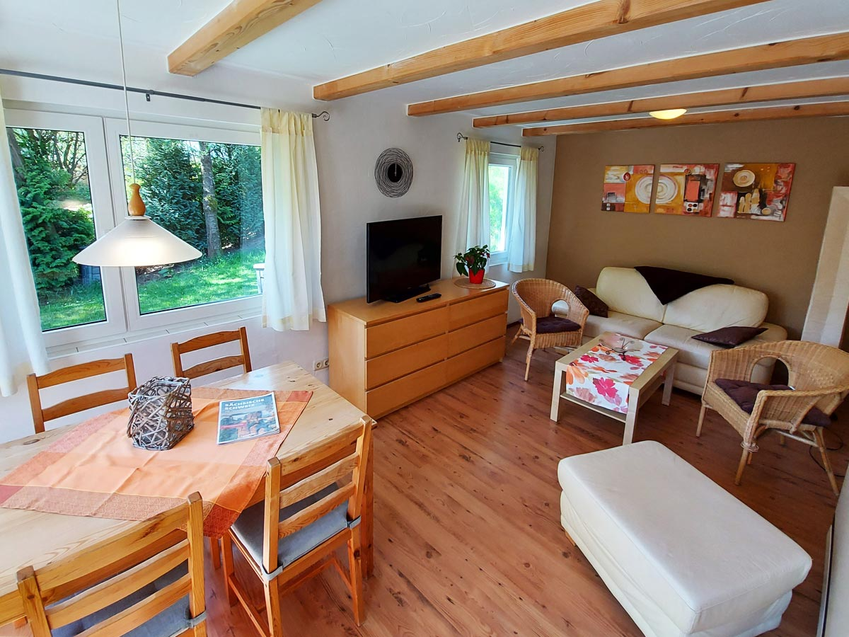 Ferienhaus Dorfbachklamm - Wohnzimmer mit Sofa und Essecke