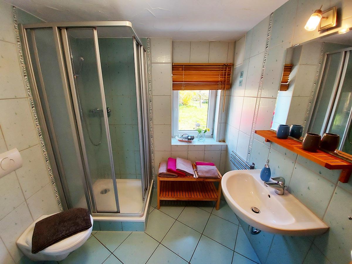 Ferienhaus Schrammsteinblick - Ferienwohnung2 - Badezimmer mit Dusche und WC