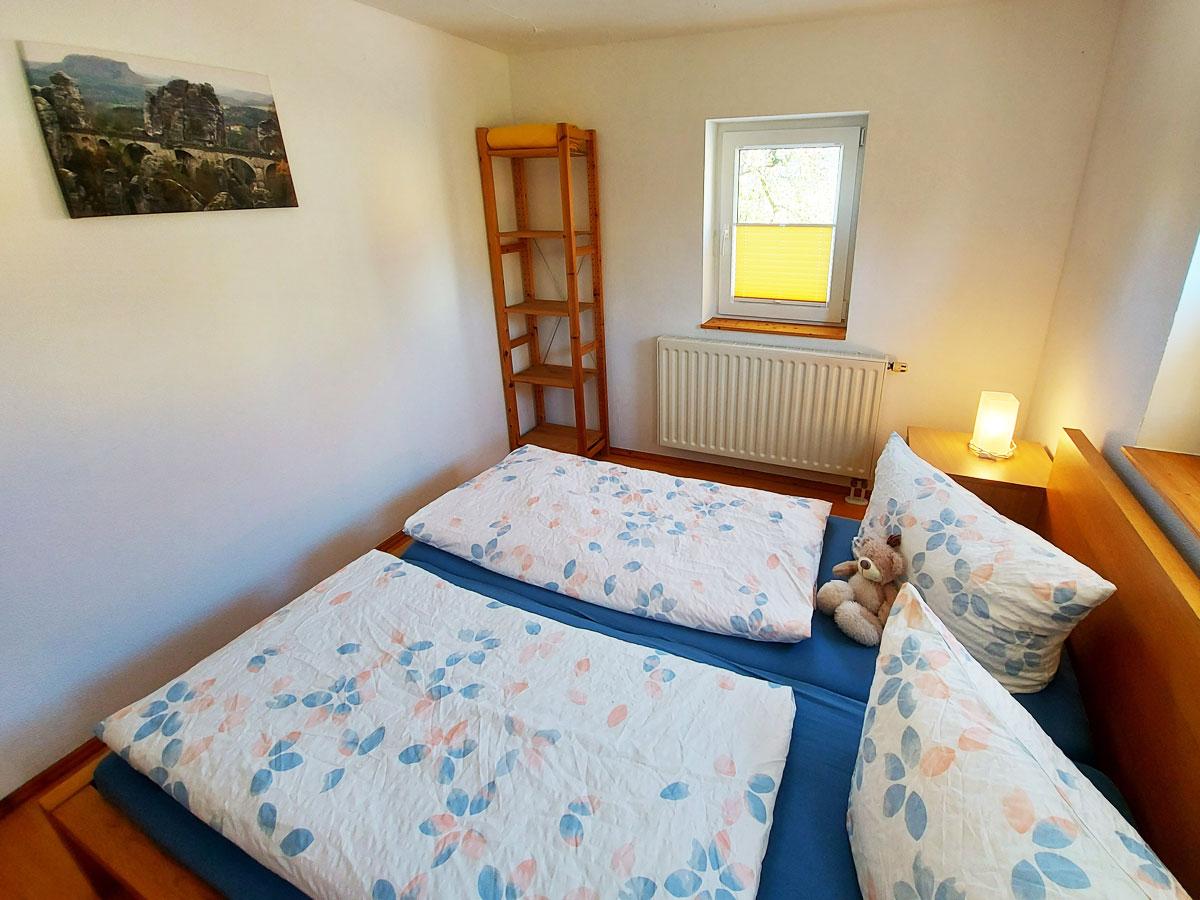 Ferienhaus Schrammsteinblick - Ferienwohnung2 - Schlafzimmer1 mit Doppelbett