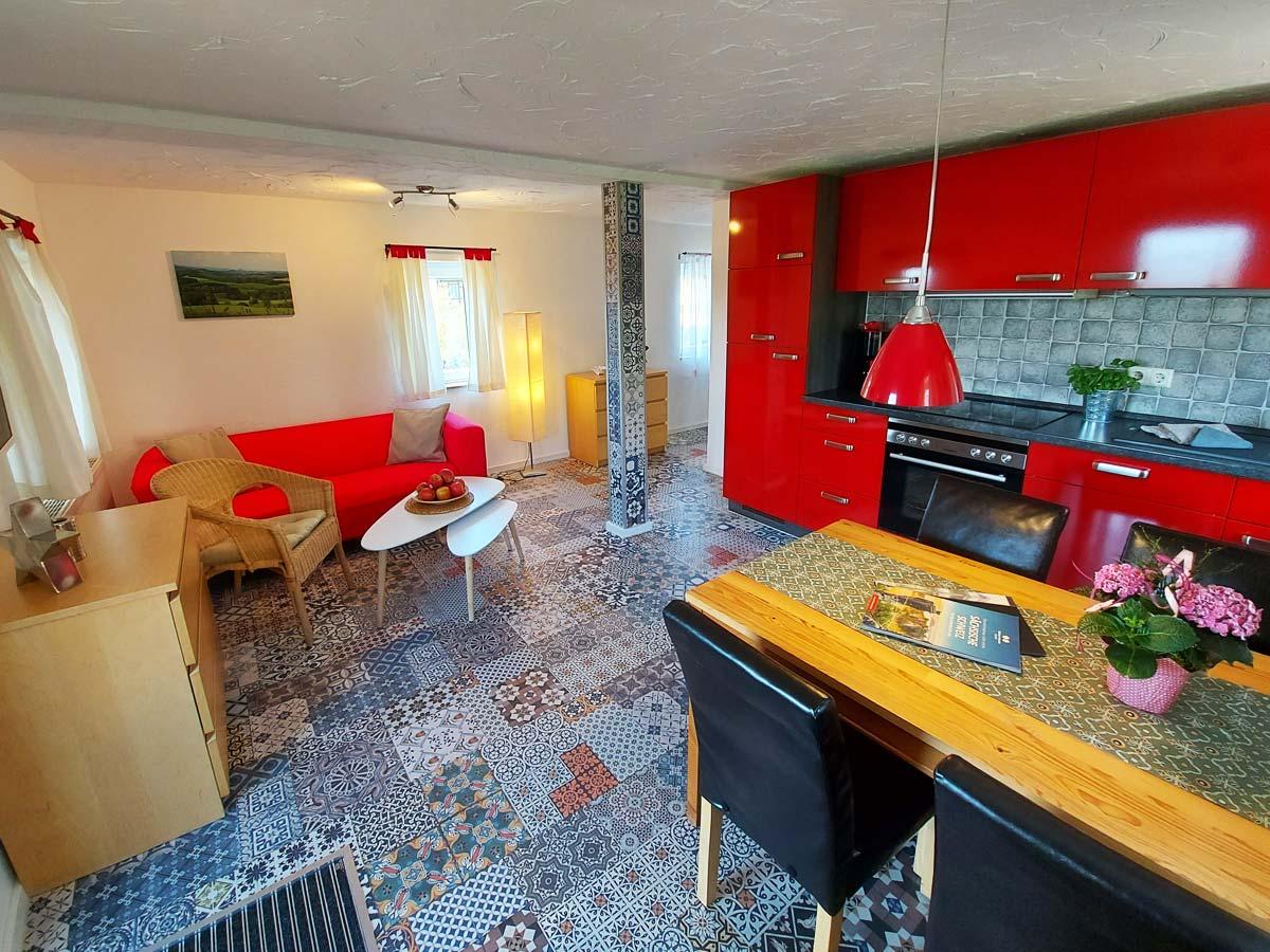 Ferienhaus Schrammsteinblick - Ferienwohnung2 - Wohnküche mit Essbereich und Sofa
