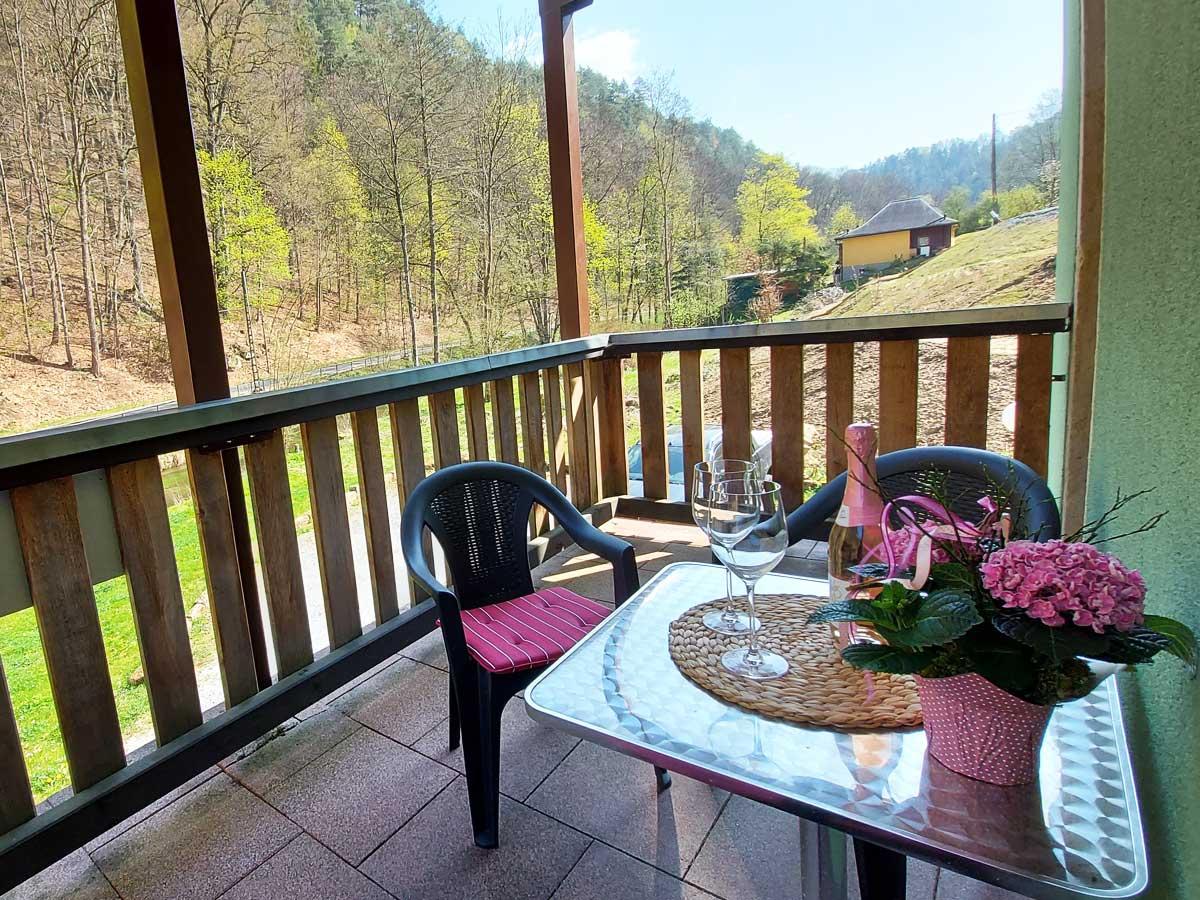 Ferienhaus Zum Kirnitzschtal - Ferienwohnung1 - Wohnzimmer mit Balkon