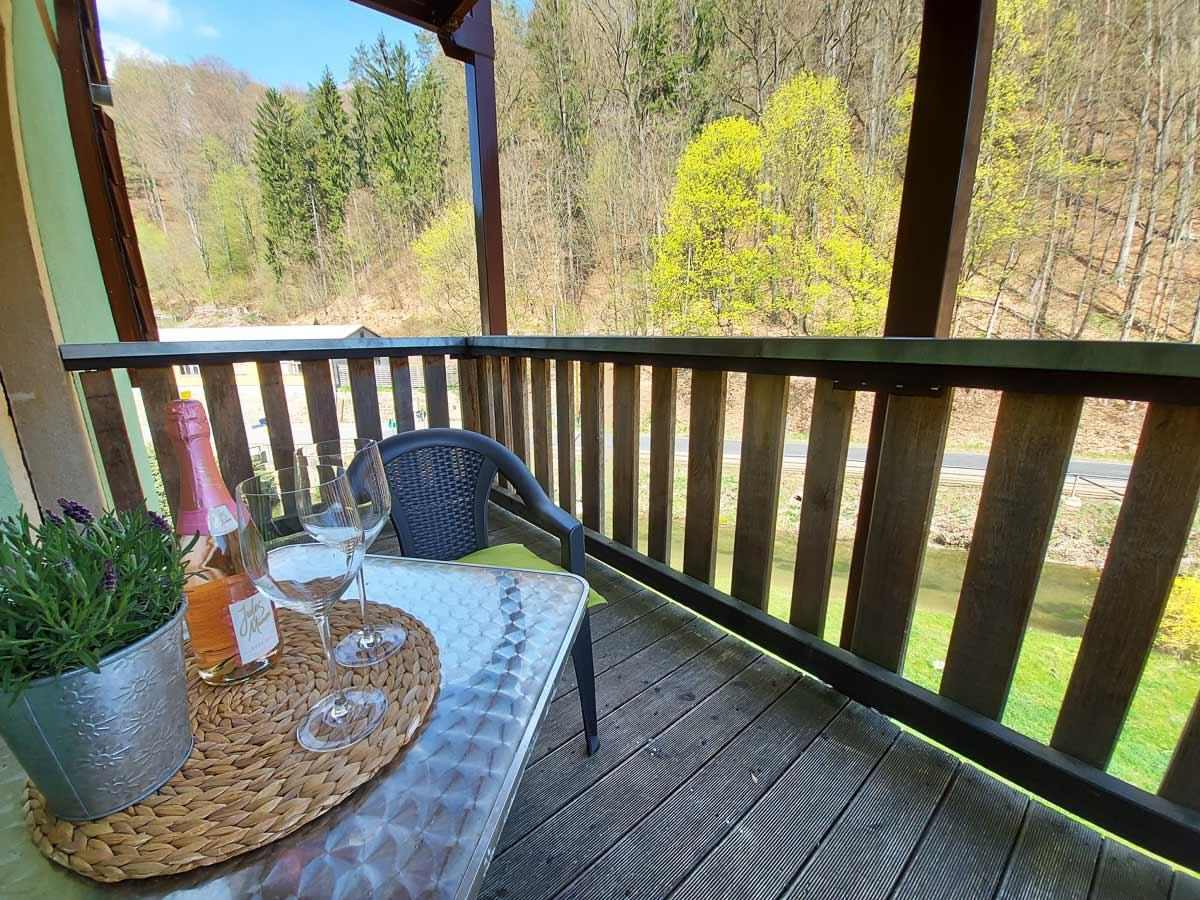 Ferienhaus Zum Kirnitzschtal - Ferienwohnung2 - Wohnzimmer mit Balkon